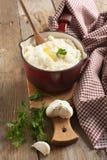 土豆泥用被烘烤的大蒜和新鲜的切好的荷兰芹 免版税库存照片