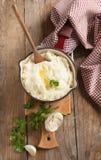 土豆泥用被烘烤的大蒜和新鲜的切好的荷兰芹 库存图片