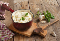土豆泥用被烘烤的大蒜和新鲜的切好的荷兰芹 免版税库存图片