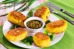 从土豆泥的可口意大利土豆薄烤饼用调味汁 免版税库存图片