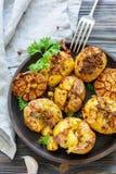 土豆烘烤了用大蒜、麝香草和绿色荷兰芹 免版税库存照片