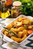 土豆烘烤用大蒜和香料 库存图片