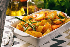 土豆烘烤用大蒜和香料 免版税库存照片