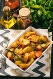 土豆烘烤用大蒜和香料 免版税库存图片