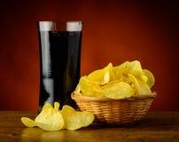土豆片和可乐 免版税库存照片