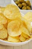 土豆片和橄榄 库存照片
