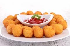 土豆球和番茄酱 免版税库存照片