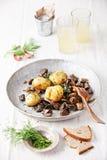土豆用狂放的蘑菇 免版税库存照片