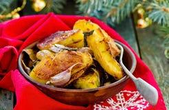 土豆由段烘烤了用草本和garlicwith圣诞节装饰 库存图片