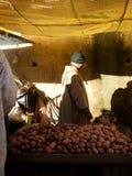 土豆的卖主 库存图片