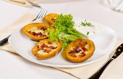 土豆皮开胃菜用乳酪和烟肉 免版税库存图片
