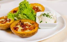 土豆皮开胃菜用乳酪和烟肉 库存图片