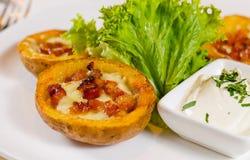 土豆皮开胃菜用乳酪和烟肉 图库摄影