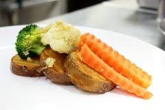 土豆红萝卜煮沸了油煎的黄油块凯利 库存图片