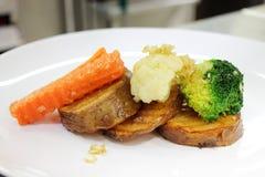 土豆红萝卜煮沸了油煎的黄油块凯利 免版税库存图片