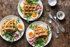 土豆美味奶蛋烘饼用煮沸的鸡蛋、火腿和芝麻菜在木背景,顶视图 供应的早餐,快餐,早午餐 免版税图库摄影