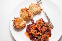 土豆薄烤饼和豆在白色 免版税图库摄影