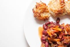 土豆薄烤饼和豆在白色 免版税库存照片
