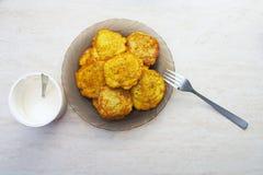 土豆薄烤饼板材在桌上的 免版税库存照片