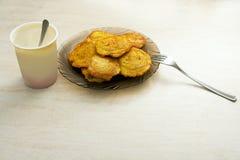 土豆薄烤饼板材在桌上的 库存图片