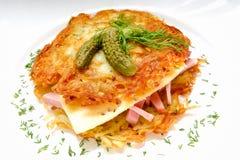 土豆薄烤饼汉堡用火腿和乳酪 库存图片