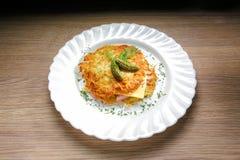 土豆薄烤饼汉堡用火腿和乳酪 免版税库存照片