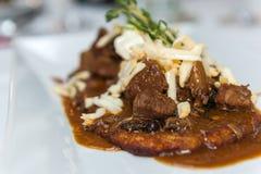 土豆薄烤饼用波兰样式炖牛肉 免版税图库摄影