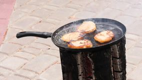 土豆薄烤饼,油煎油炸在的一个平底锅开火 股票录像