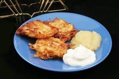 土豆薄烤饼-光明节的马铃薯饼 库存照片