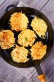 土豆薄烤饼 菜油炸馅饼 在煎锅的马铃薯饼 库存照片