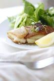 土豆被包裹的鳕鱼 免版税库存照片
