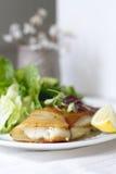 土豆被包裹的鳕鱼 库存图片