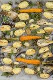 年轻土豆,红萝卜,葱,胡椒,大蒜在烤箱烘烤了 顶视图 免版税库存图片