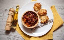 土豆[与豆蔬菜炖肉的薄煎饼 库存图片