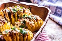 土豆 烤土豆 家庭烹饪烘烤土豆 充分烤盘被烘烤的土豆充塞用烟肉香肠葱 图库摄影