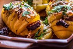 土豆 烤土豆 家庭烹饪烘烤土豆 充分烤盘被烘烤的土豆充塞用烟肉香肠葱 库存照片
