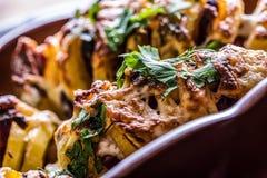 土豆 烤土豆 家庭烹饪烘烤土豆 充分烤盘被烘烤的土豆充塞用烟肉香肠葱 库存图片