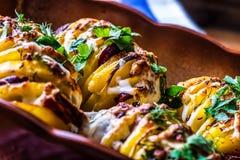 土豆 烤土豆 家庭烹饪烘烤土豆 充分烤盘被烘烤的土豆充塞用烟肉香肠葱 免版税库存图片