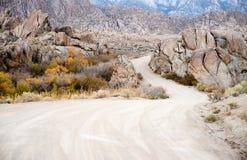 土路到阿拉巴马小山内华达山范围加利福尼亚里 免版税库存照片