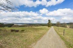 土路和南部的埃菲尔山风景,德国 库存图片