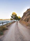 土路和岩石由湖 免版税图库摄影
