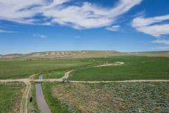 土路和运河在西Ranchland 免版税库存照片