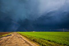 土路和风暴天空 免版税图库摄影