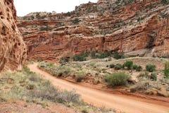土路在犹他的沙漠 库存图片