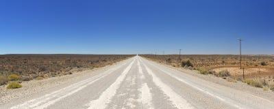 土路通过南部非洲的干旱台地高原在南非 免版税库存图片