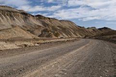 土路通过沙漠死亡谷 免版税库存图片