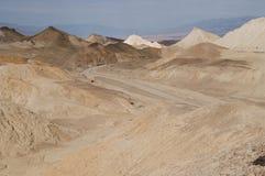 土路通过沙漠死亡谷 库存图片