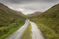 土路通过苏格兰高地在一湿秋天天 库存照片