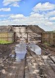 土路,露天被存放的水池和很多研为闭合的篱芭 库存照片