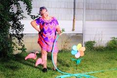 土里土气笑的老婆婆花匠 库存图片